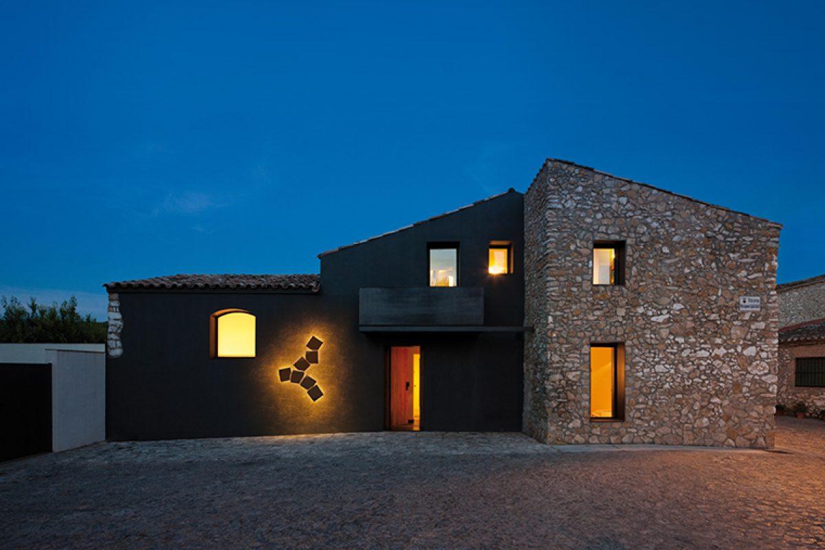 Iluminar los espacios exteriores con lámparas de pared, una opción funcional y decorativa a la vez