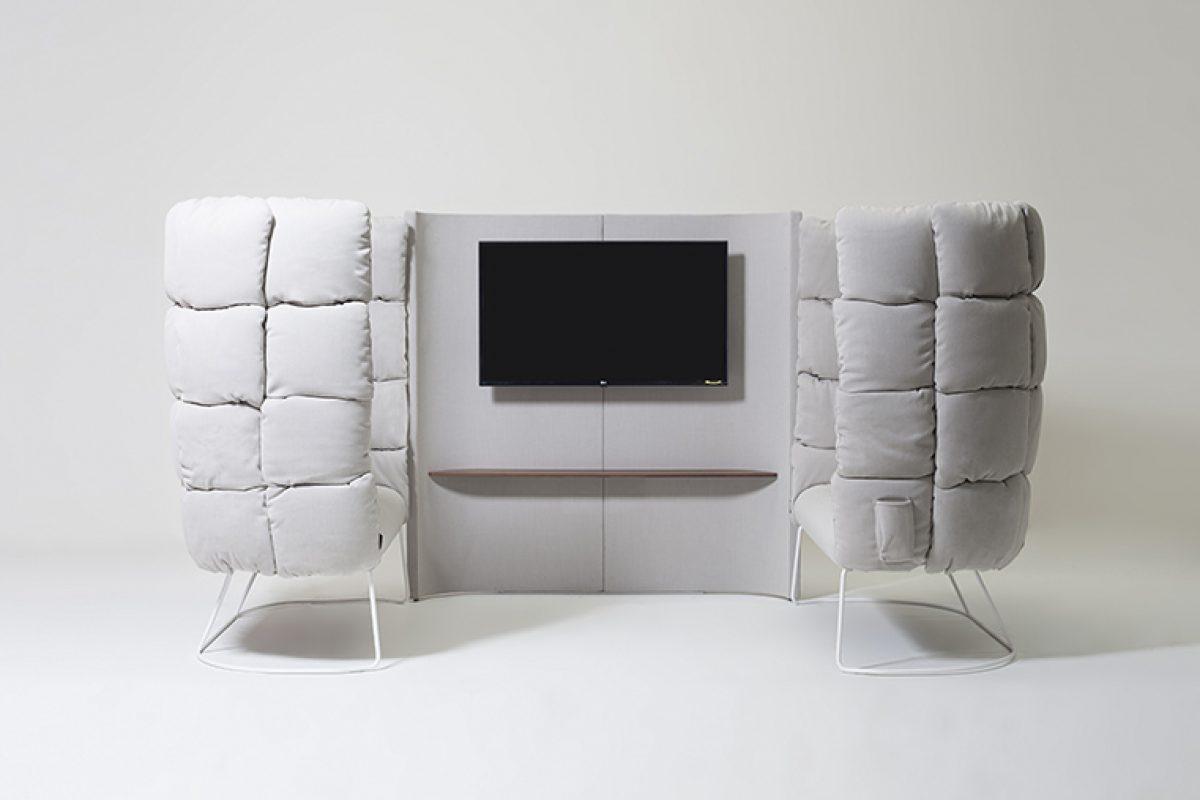 Soporte para pantallas Undecided de Manerba. Un separador de espacios pero conectando personas y dispositivos