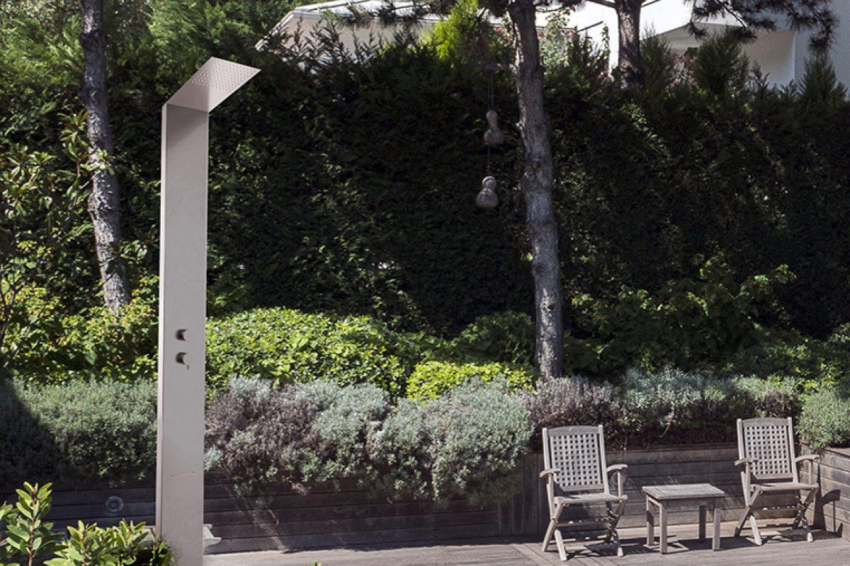 La hidroterapia llega a tu jardín con la columna de ducha exterior para piscina de Ramon Soler®