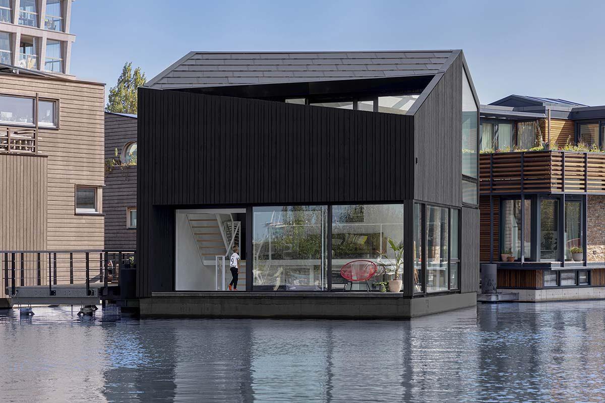 Arquitectura e interiorismo sostenible en la Casa flotante de i29 Architects