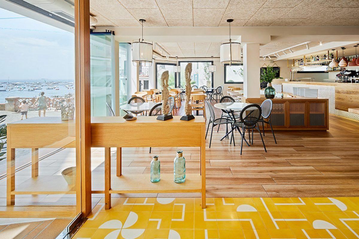 Piedra Papel Tijera se basa en el concepto de sol y sombra para diseñar el restaurante Calau en una localización privilegiada de Calella de Palafrugell