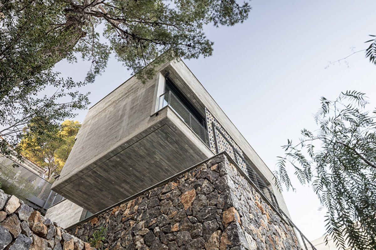 Daniel Isern diseña en Mallorca una vivienda de hormigón suspendida, con vistas cinematográficas y cerramientos Technal