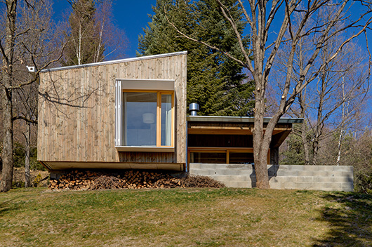 Acogedora casa de dise o de madera en la monta a realizada for Casas modernas rurales