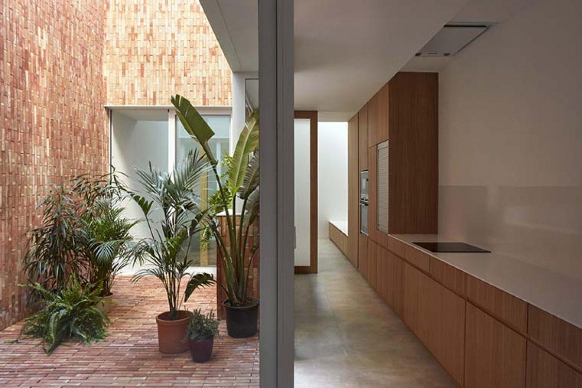 Reforma integral de antigua casa de pueblo por Horma Estudio, en la que el patio se convierte en el elemento principal