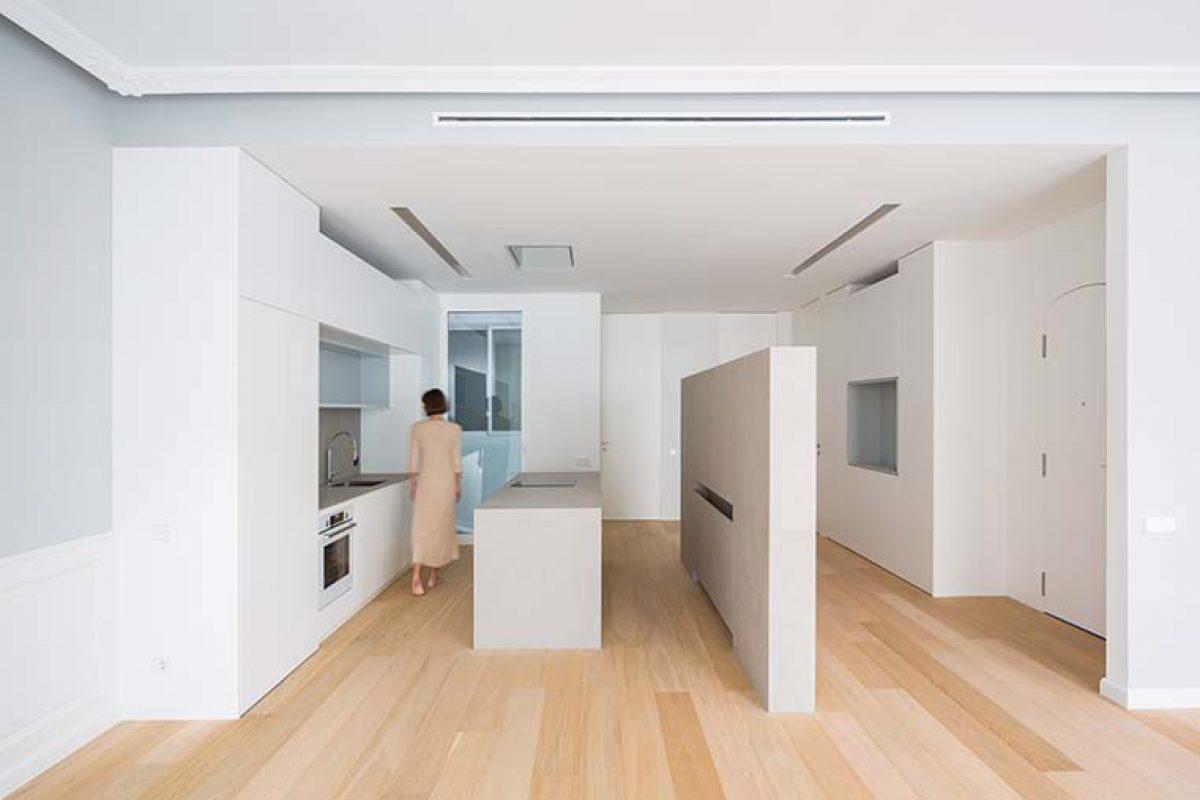 Una vivienda de homu arquitectos, diseñada en torno a tres grandes piezas porcelánicas, recibe el premio 'Life is for Living Awards'
