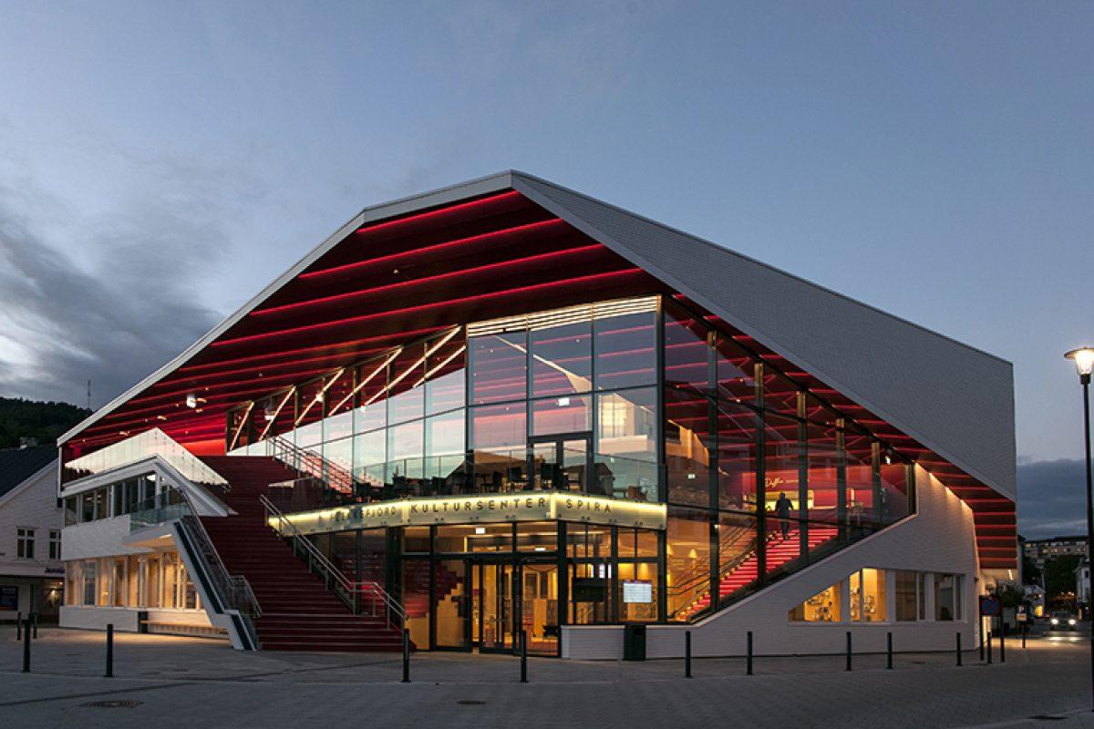 Casos Prácticos: Fachadas dinámicas y transparentes de Wicona en el Centro cultural de Flekkefjord diseñado por Helen & Hard