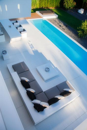 Minimalismo y elegancia con la piedra acr lica hi macs en for Mobiliario piscina