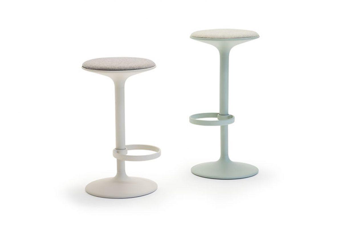 El taburete Hula, diseñado por Benjamin Hubert para Andreu World, ganador en los German Design Award 2020