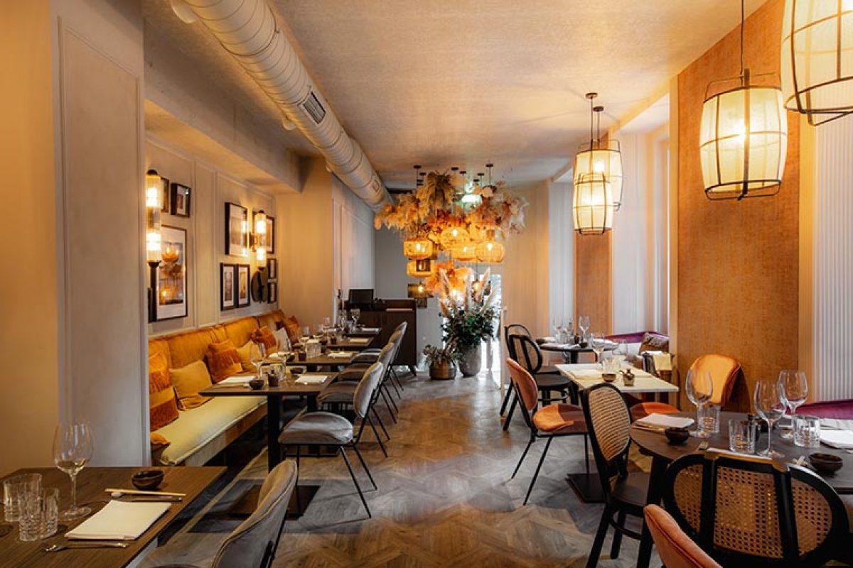 Nebo Studio combina las molduras Orac Decor y el papel pintado para el diseño del restaurante asiático Green Tea Lagasca by Asia Gallery