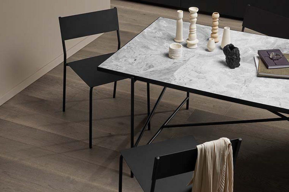 La nueva mesa de comedor de Handvärk con sobre de marmol y un lujoso atractivo nórdico