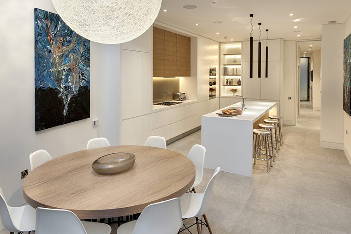 El blanco HI-MACS®  y la madera confieren luminosidad y serenidad en la lujosa Narrow House diseñada por FORMstudio