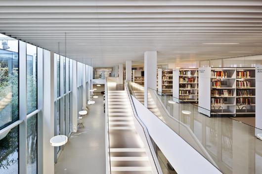 Biblioteca p blica caterina albert en barcelona un - Escaleras para bibliotecas ...
