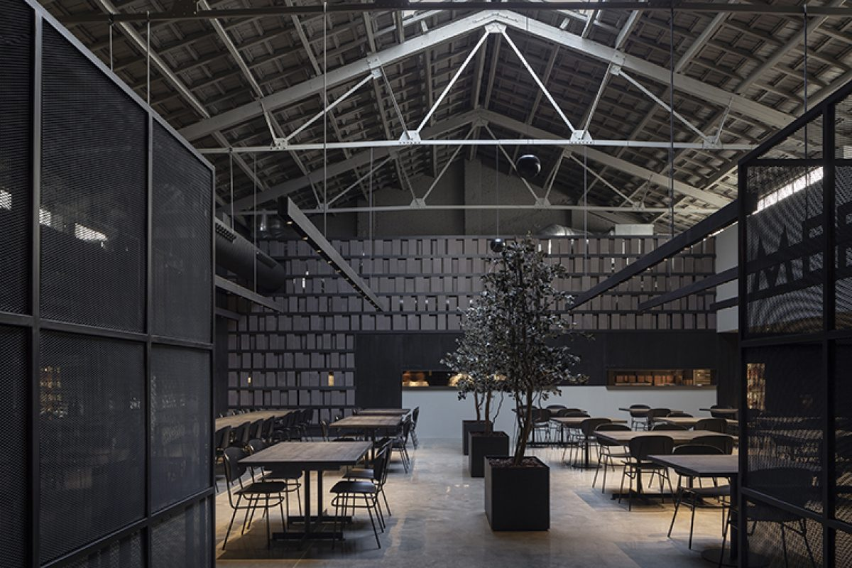 El estilo más industrial en Merkato, un nuevo templo gastronómico en Valencia diseñado por Francesc Rifé