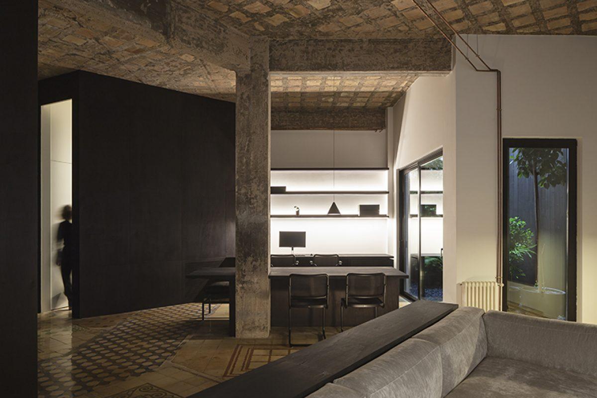 Francesc Rifé diseña R-Apartment, deconstruir el espacio para crear un interior discreto y neutro