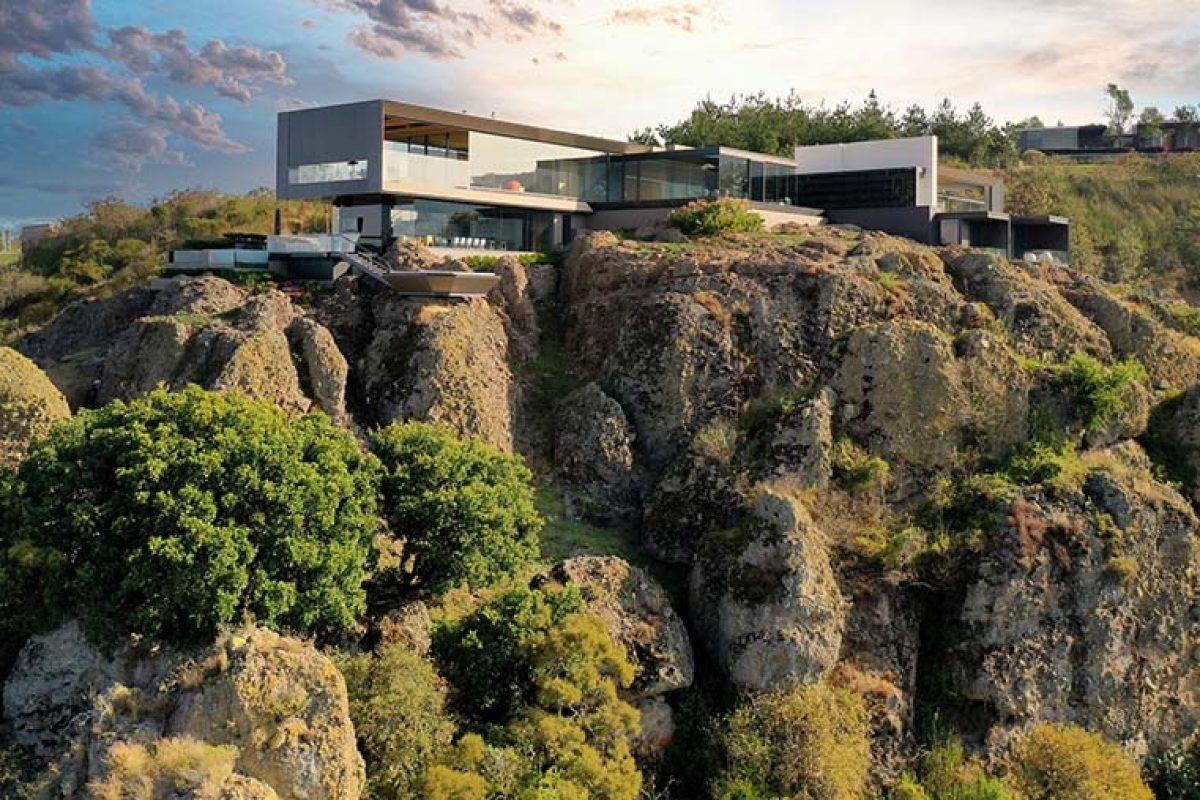 Vondom amuebla la espectacular Casa La Roca en México diseñada por RRZ Arquitectos