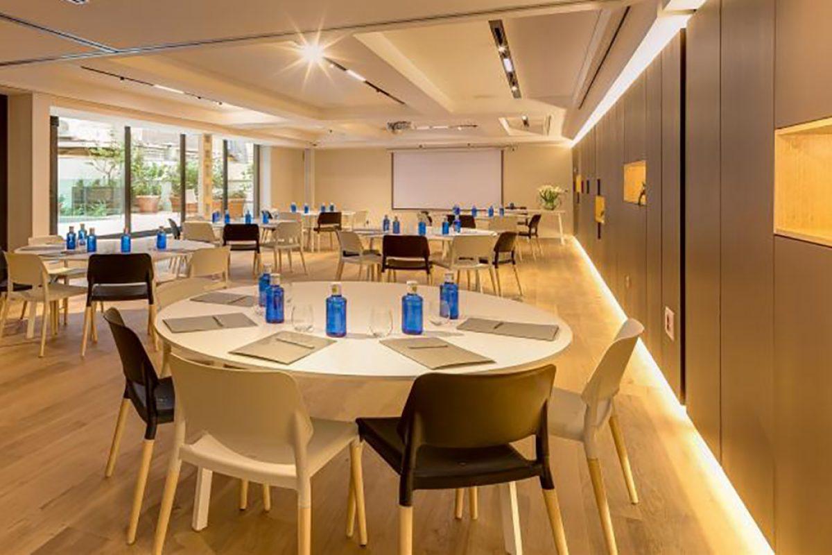 Casos Prácticos: Mesas Fast, diseñadas por Carlos Tíscar para Sellex, equipan los salones para eventos del Hotel Ohla Eixample de Barcelona