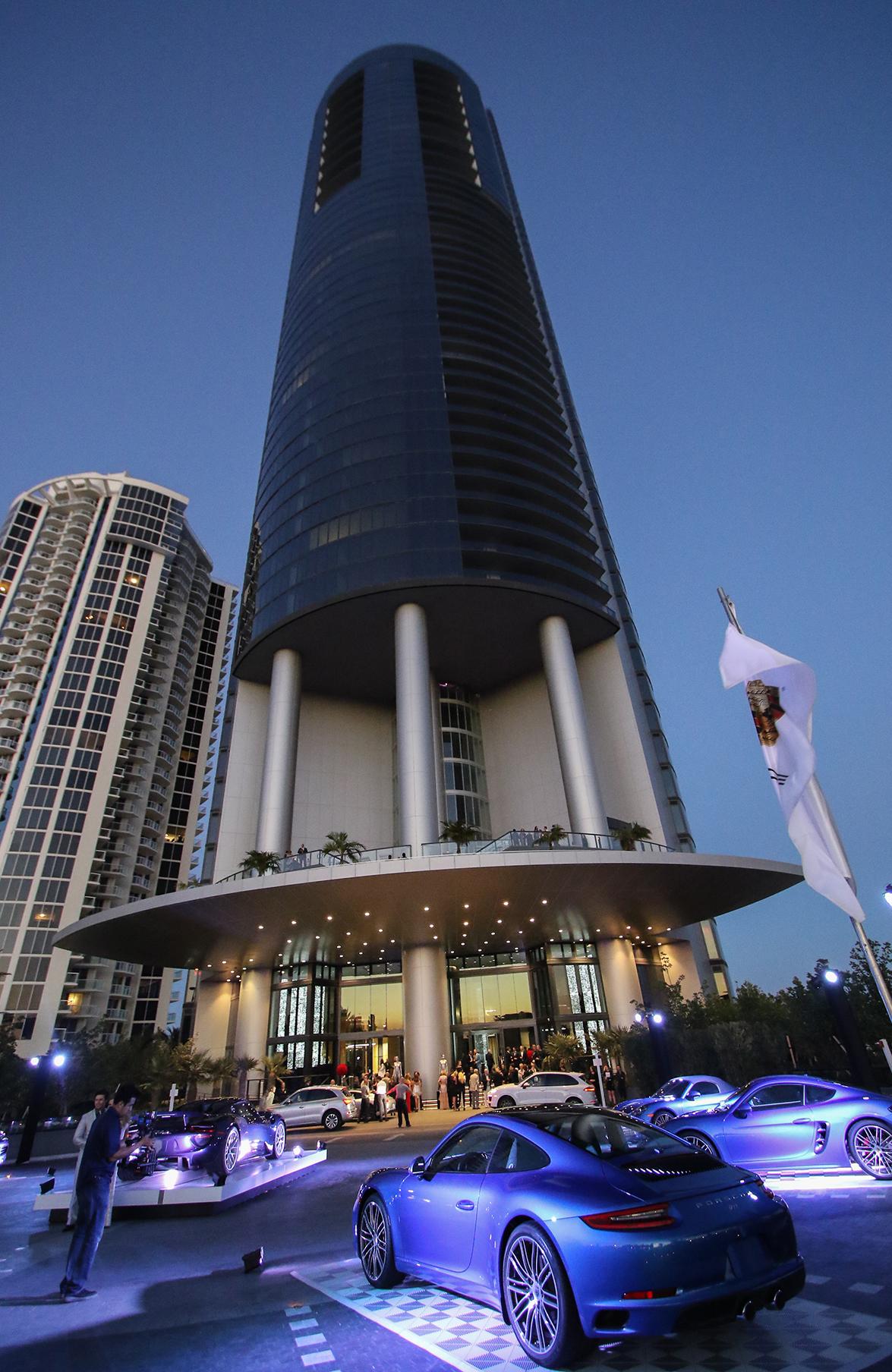 se inaugura el primer edificio porsche design tower del mundo en miami con cocinas de lujo de. Black Bedroom Furniture Sets. Home Design Ideas