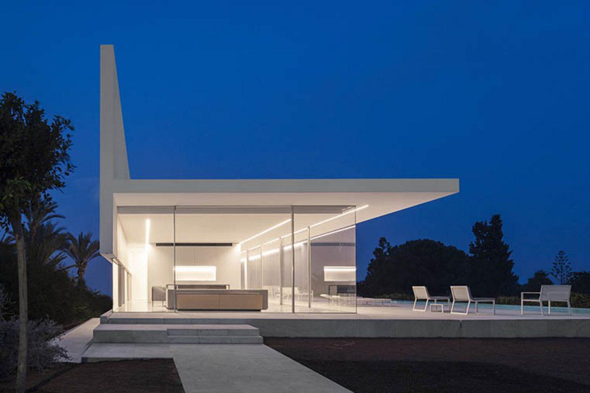 Casa Hofmann de Fran Silvestre Arquitectos, blanco por fuera, blanco por dentro y vidrio por medio