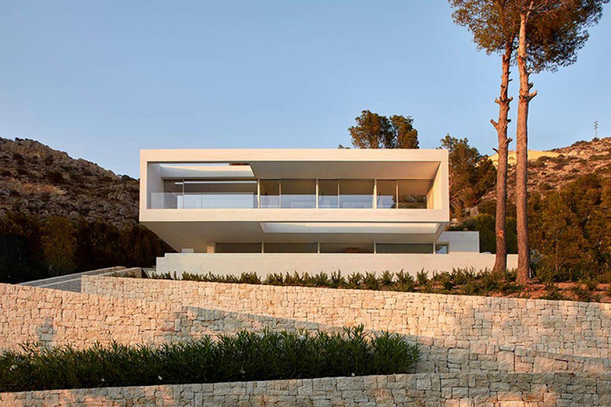Casa Oslo de Ramón Esteve, un bloque de hormigón rodeado de vegetación y pinos en el Mediterráneo