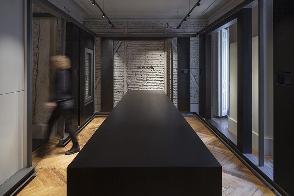 Francesc Rifé diseña la Strugal Gallery en Madrid con una segunda piel para ceder el protagonismo al producto