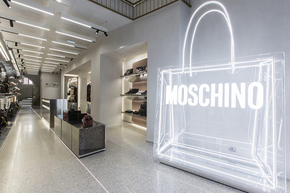 Fabio Ferrillo diseña la nueva boutique Moschino en París, un concepto de tienda a medio camino entre espacio retail y galería de arte