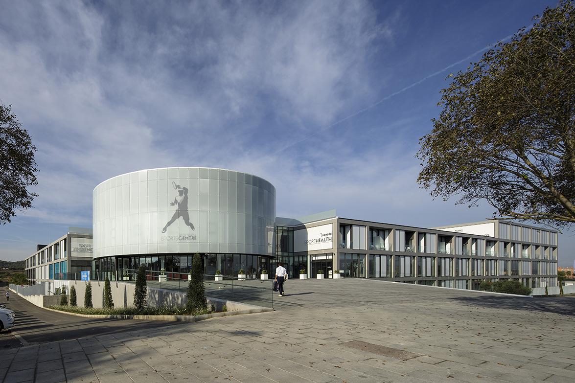 fachada-rafa-nadal-academy_dekton-strato-y-zenit-en-parte-derecha-de-la-fachada-hr