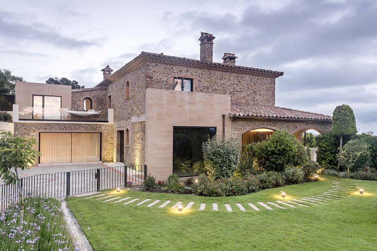 La Casa de la Ruina, Sostenibilidad y Salud en una ampliación y rehabilitación de una Masia. Un proyecto de Dezain architects