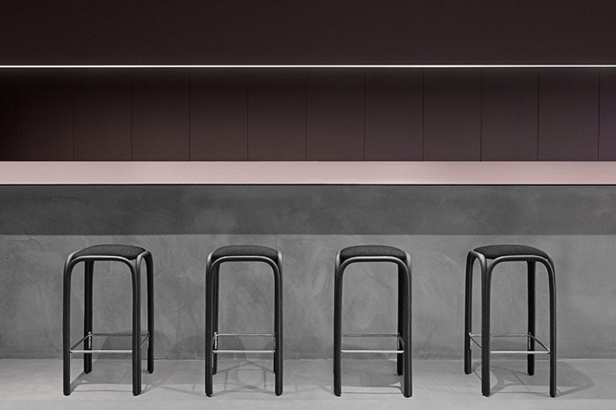 Los nuevos taburetes de la colección Fontal, diseñada por Oscar Tusquets Blanca para Expormim