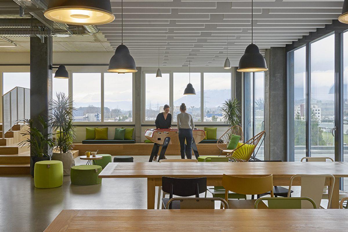 Bloomint Design elige Actiu para equipar la nueva sede de MCI en Suiza. Equilibrio entre diseño corporativo y nuevos espacios sociales