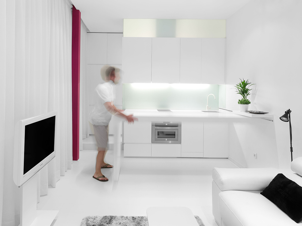 Pequeño piso de menos de 30m2 que para optimizar el espacio dispone de un encimera corredera.
