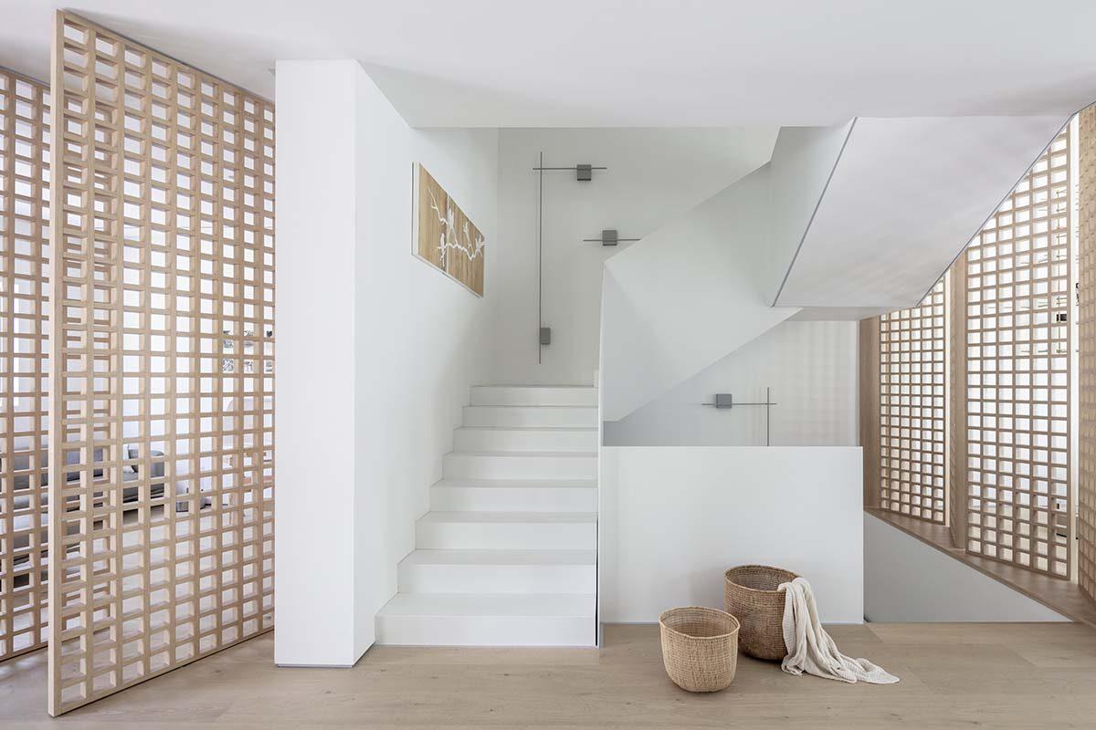 Una diseñadora de Tel Aviv elige el aplique de pared Structural para una residencia contemporánea