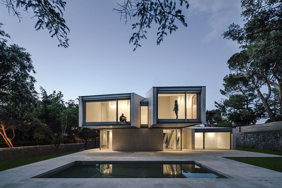 M4 de Zooco Estudio: La casa que mira hacia el bosque